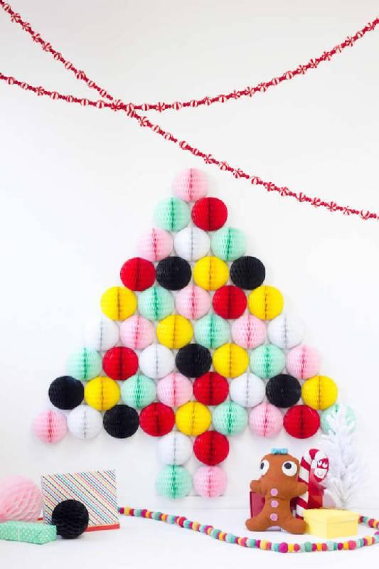 Des boules de miel forment un arbre de Noël coloré