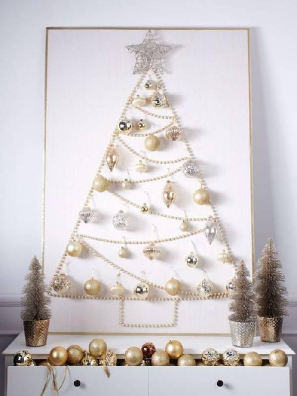 Elégant sapin de Noël avec des perles