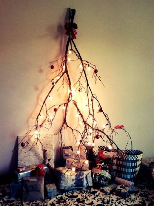 Combinaison de brindilles et de lumières de Noël