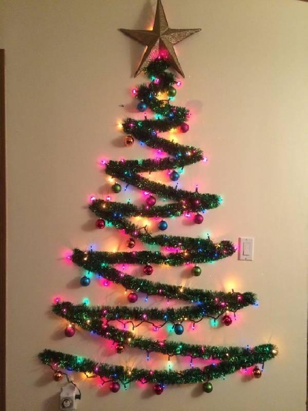 Arbre de Noël sur le mur avec feston