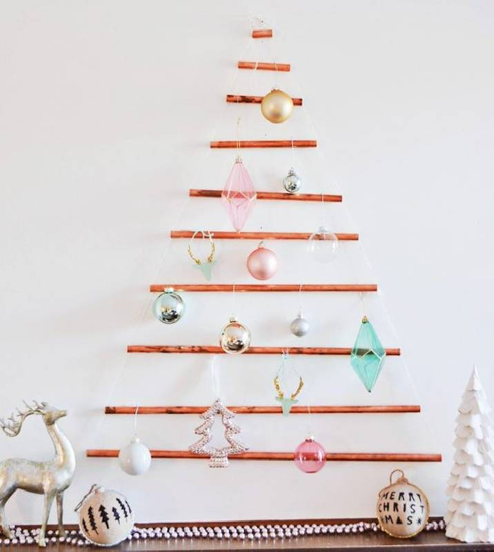 Arbre de Noël sur le mur avec des tubes en cuivre
