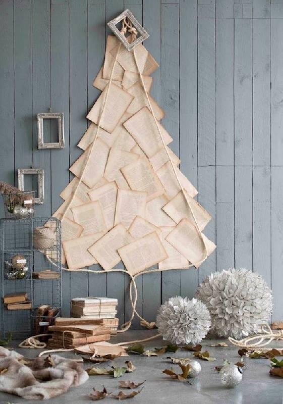 Un arbre de Noël au mur avec des pages de livre