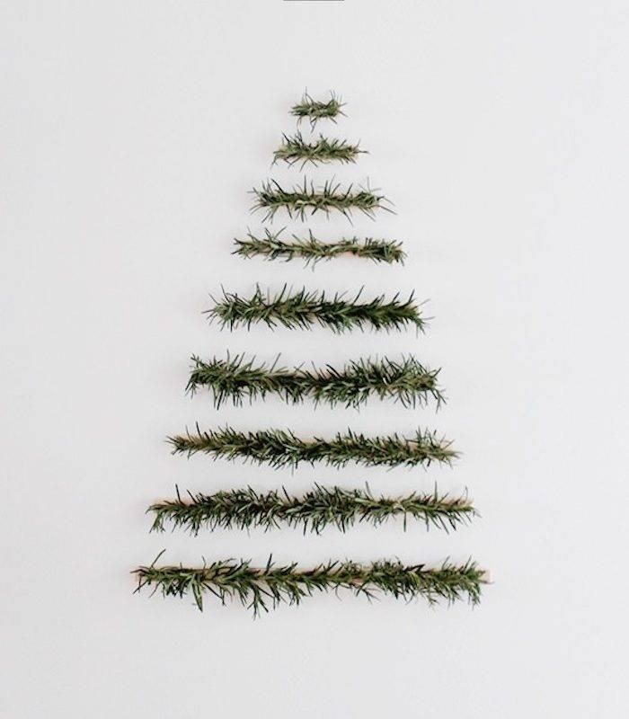 Un sapin de Noël sur un mur minimaliste et sans ornements