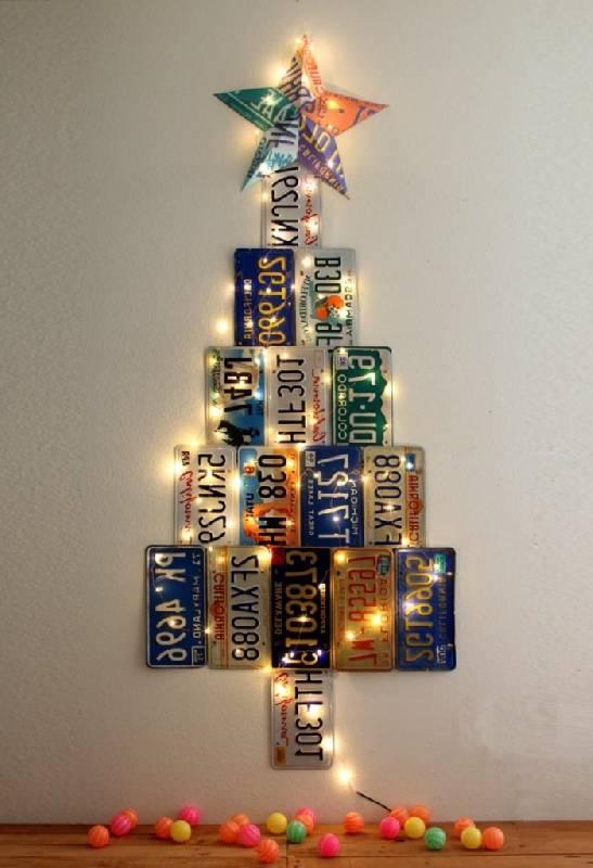 Arbre de Noël avec plaques de voiture