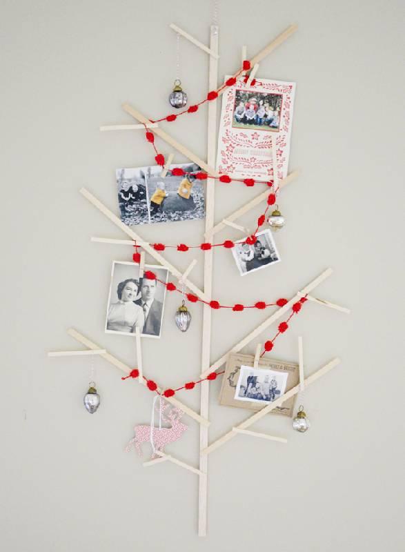 Décoration de l'arbre avec photos, pompons et cartes