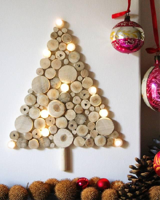 Arbre de Noël sur le mur avec des tranches de bois