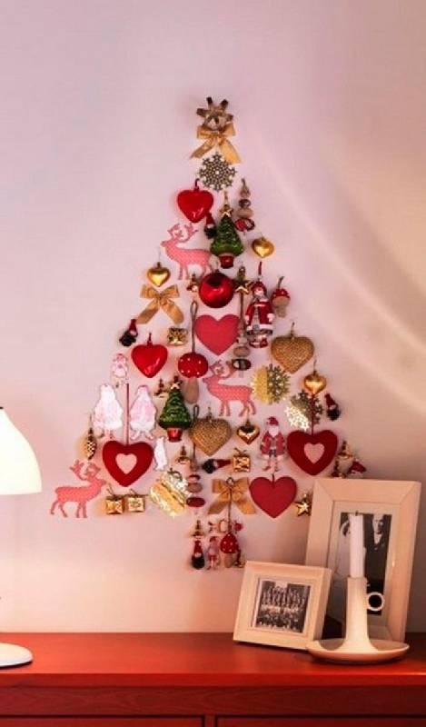 Les décorations de Noël forment l'arbre de Noël sur le mur