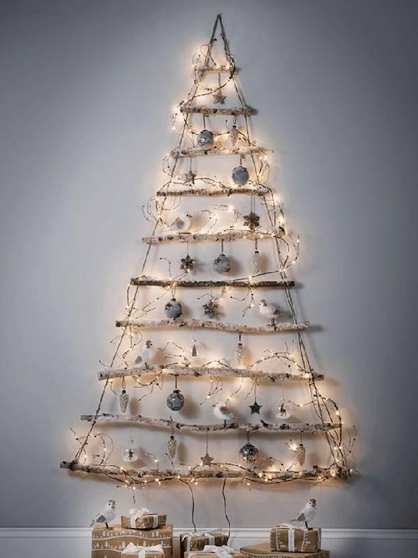 Composition de Noël avec des branches d'arbres et des oiseaux